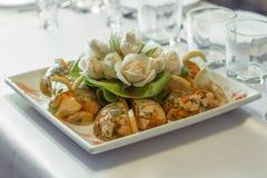 De schotel van het saladeassortiment in een ontvangst Stock Foto