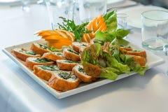 De schotel van het saladeassortiment in een ontvangst Royalty-vrije Stock Foto's