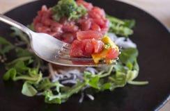 De schotel van het tonijntandsteen met vork Stock Fotografie