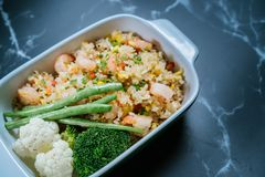 De schotel van de huisrijst met groenten op rijst in de speciale saus van de chef-kok royalty-vrije stock afbeelding