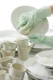 De schotels van de was - handen met handschoenen in keuken stock fotografie