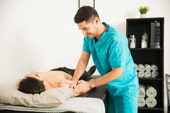 De Schouder van therapeutmassaging the injured van Atleet In Hospital royalty-vrije stock afbeelding