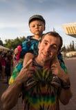 De Schouders van vadercarrying son on tijdens Royalty-vrije Stock Foto's