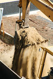 De schraper die van de graafwerktuigbulldozer de grondaarde opheffen Stock Fotografie