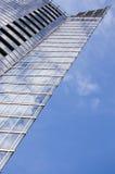 De schraper van de hemel op blauwe hemel Stock Afbeeldingen