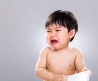 De schreeuw van de babyjongen met boek Stock Foto's