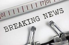 De schrijfmachine detailleerde macroclose-up het typen tekst Brekend Nieuws, grote detail uitstekende pers, TV, radio, de massame Stock Afbeeldingen