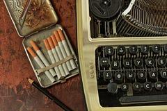 De schrijfmachine en geval retro stijl Stock Foto's