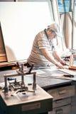 De schrijnwerker merkt het werkstuk voor het houten product royalty-vrije stock fotografie