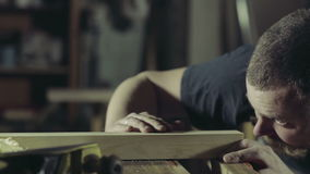 De schrijnwerker snijdt werkstuk van hout met hefboom-vlakke langzame motie stock video