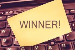 De schrijvende Winnaar van de handschrifttekst Het concept die Persoon of ding betekenen die iets Doel winnen bereikte Voltooiing royalty-vrije stock foto's