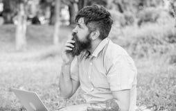 De schrijver of blogger schrijft post voor sociaal netwerk Creativiteitcrisis Leidt het Blogger nadenkende gezicht tot inhoud hip royalty-vrije stock foto's