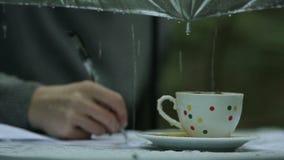 De schrijver in de regen stock footage