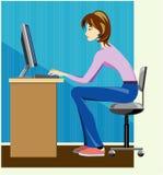 De schrijver die van de vrouw aan computer werkt Stock Afbeeldingen