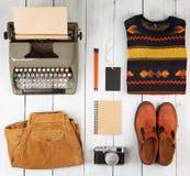 de schrijver gaat op een reis - schrijfmachine, blocnote, camera, klonter royalty-vrije stock foto's