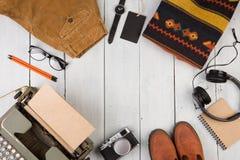 de schrijver gaat op een reis - schrijfmachine, camera, kleren, glas royalty-vrije stock afbeelding