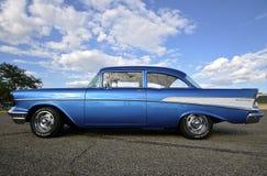 De schrijver uit de klassieke oudheid 1957 Chevy bij auto toont Stock Foto's