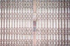 De schuifdeur van het metaaltraliewerk met stootkussenslot en aluminiumhandvat Royalty-vrije Stock Foto's