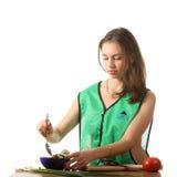 De schuifelgang van het meisje een salade stock foto's