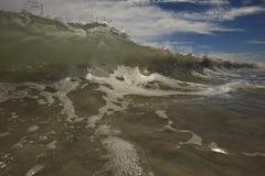 De schuimende Dichte Omhooggaande & Zonnige Hemel van de Golf Royalty-vrije Stock Fotografie