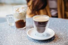 De schuimende Nitrokoude brouwt Koffie in het drinken van glas op graniet hoogste lijst met onduidelijk beeldachtergrond royalty-vrije stock foto