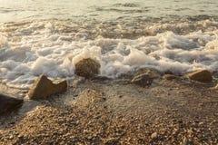 De schuimende overzeese kust bij het strand, sluit omhoog Royalty-vrije Stock Foto's