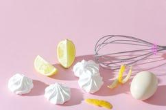 De schuimgebakjes, plakken van kalk, ei en zwaaien op de roze achtergrond Modieus het voorbereidingen treffen dessert royalty-vrije stock foto's
