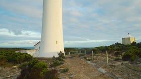 De schuine stand beweegt zich omhoog over Kaap Nelson Lighthouse in Australië stock videobeelden