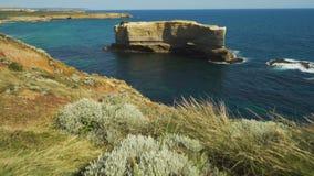 De schuine stand omhoog en dolly binnen beweging meer dan Twaalf Apostelen in Australië op Grote Oceaanweg stock footage