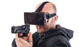 De schutterspel van het mensenspel VR met virtuele werkelijkheidskanon en vr glazen Stock Afbeeldingen