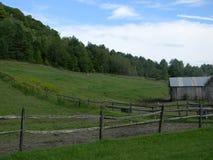 De schuur en het weiland van Vermont stock afbeelding
