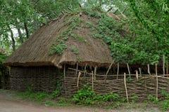 De schuur van de landbouwer onder met stro bedekt dak in openluchtmuseum, Kiev, de Oekraïne Royalty-vrije Stock Afbeeldingen