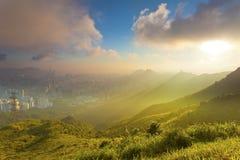 De scène van de avondzonsondergang langs bergen Royalty-vrije Stock Foto