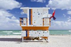 De scène van de zomer met een badmeesterhuis in het Strand van Miami Royalty-vrije Stock Fotografie