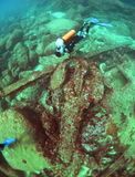 De scuba-duiker onderzoekt een wrak in de Indische Oceaan Stock Foto's