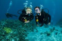 De scuba-duikers genieten van duikvlucht royalty-vrije stock fotografie