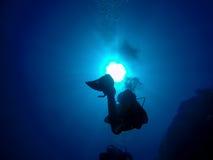 De scuba-duikers silhouetteren tegen Zon Royalty-vrije Stock Foto