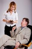 De secretaresse brengt koffie voor werkgever. royalty-vrije stock afbeeldingen