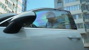 De secretaresse geeft autosleutels aan onderneemster, krijgt zij in auto, bezige levensstijl stock footage