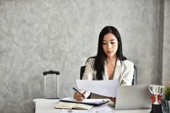 De secretaresse of het personeel of rekenplichtige Bij haar bureau royalty-vrije stock afbeeldingen