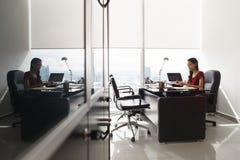 De secretaresse schrijft e-mailbericht op tabletpc bij bureau stock fotografie