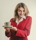De secretaresse van Nice geeft koffie Royalty-vrije Stock Foto