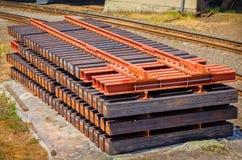 De secties van het spoorwegspoor stapelden klaar een deel van een spoorwegreparatie te worden royalty-vrije stock fotografie