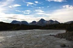 De Sedimentrivier en de Bergen van Alaska Stock Foto's