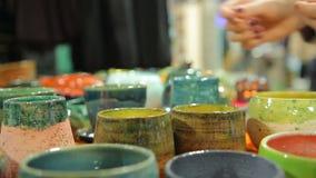 De seizoengebonden tentoonstelling en de verkoop van handcrafted aardewerk bij lokaal warenhuis stock footage