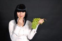 De seksuele brunette met druiven Stock Foto's