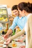 De selectie van het dessert bij het buffet van de cafetariazelfbediening Royalty-vrije Stock Afbeelding