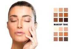De selectie van de make-uptoon op gezichtsconcept Mooie natuurlijke vrouw met onberispelijke huid stock foto's
