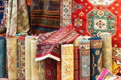De selectie van de tapijtenverscheidenheid rolde de opslag van de dekenswinkel op royalty-vrije stock afbeeldingen