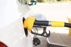 De selectieve brandstof van de de pijp Pompende Benzine van de nadruk oranje Brandstof in Auto bij een pompbenzinestation stock afbeelding